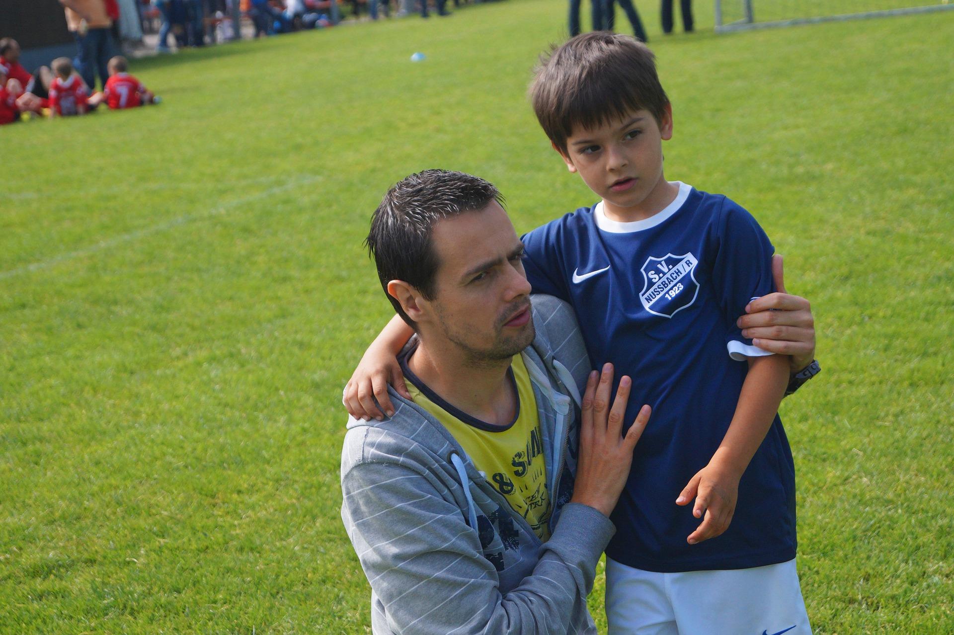 Padres y entrenador de fútbol